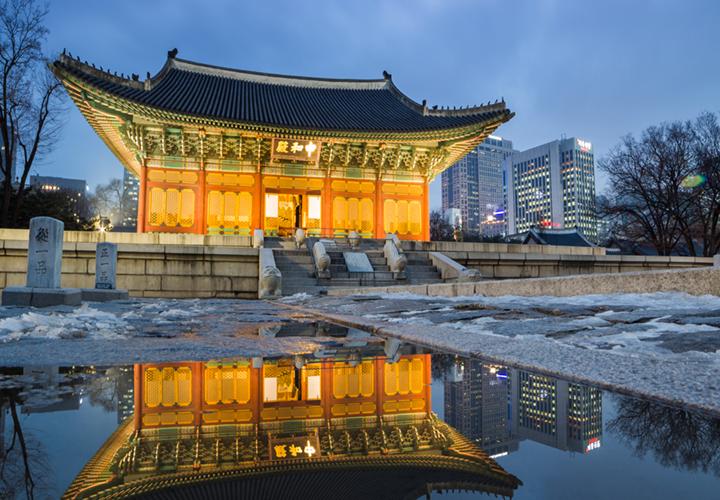 deoksogung palace at night
